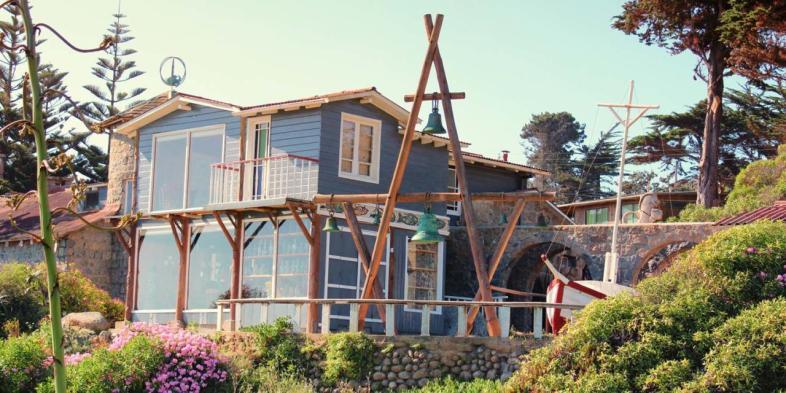 A casa de Isla Negra vista por quem vem da praia