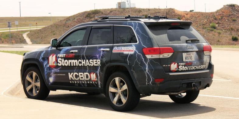 Carro caçador de grandes tempestades e tornados de emissora de TV no Texas