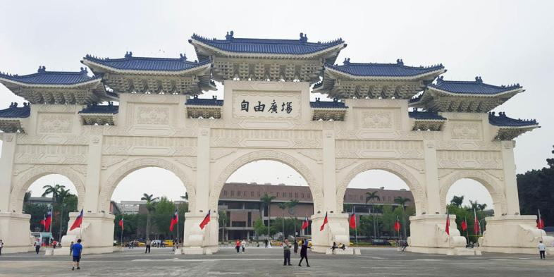 Arcos da entrada do Chiang Kai-shek Memorial Hall em Taipei