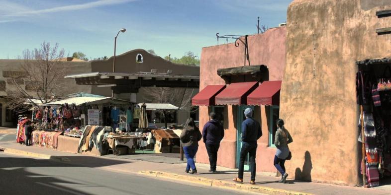 As ruas do centro historico de Santa Fe no Novo Mexico mantem ou recriam o visual da epoca das missoes espanholas na regiao