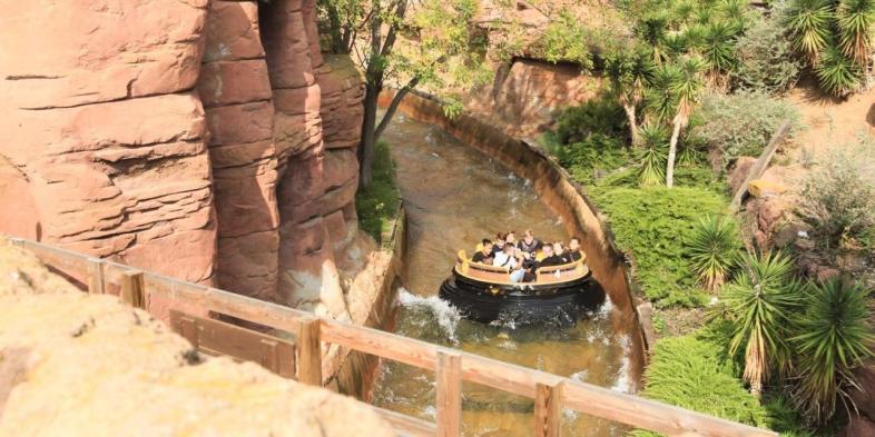 Jovens no percurso do Grand Canyon Rapids no PortAventura