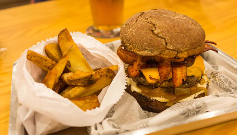 Hambúrguer delicioso do Espaço Batú em Florianópolis