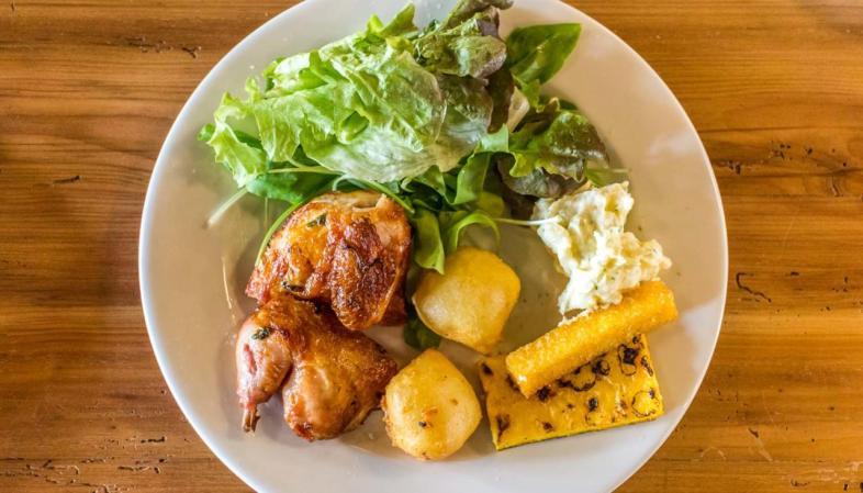 Casa DiPaolo em São Paulo - Beleza de prato com galeto, polenta, queijo à dorê e salada