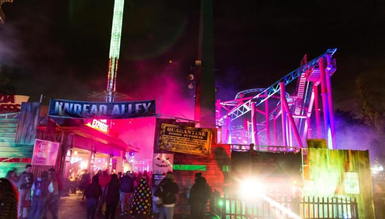 Six Flags New England - Iluminação especial e decoração da Fright Fest no Halloween