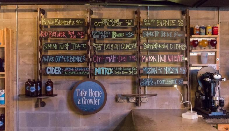 St. Pete - 3 Daughters Brewery: os rótulos disponíveis nas torneiras da cervejaria no dia da nossa visita