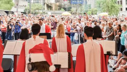 Coral natalino se apresentando no Natal da Avenida Paulista do Shopping top Center