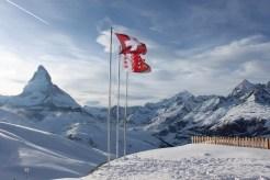 Riffelberg. Flagi Szwajcarii i kantonu Wallis