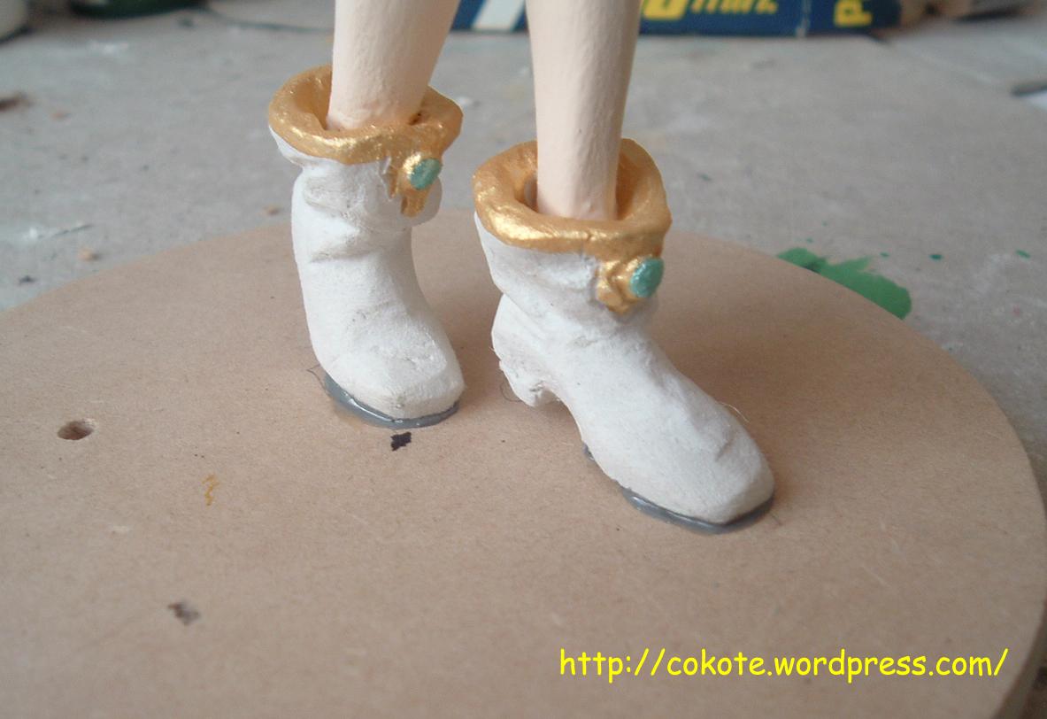 Hay que retirar los excesos de pegamento de los costados de los pies.
