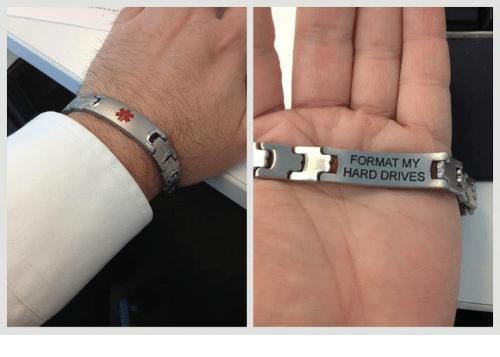 Fotografía dividida en dos. En un lado, vemos una pulsera médica en la muñeca de alguien. En la imagen del otro lado nos muestran la parte inferior de la pulsera médica y leemos, en inglés, el mensaje que define estas dos fotografías.