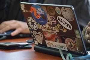 Imagen de una laptop con pegatinas por la tapa.