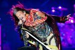 Steven Tyler sufre aterradora caída durante concierto