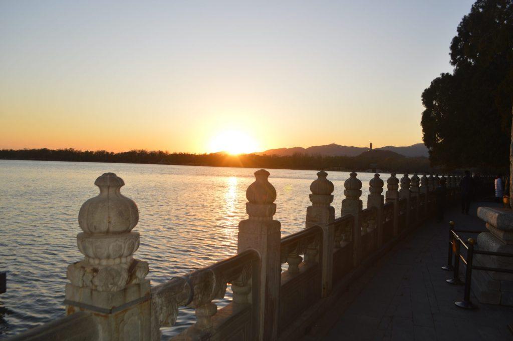 Puesta de sol desde la orilla del lago Kunming
