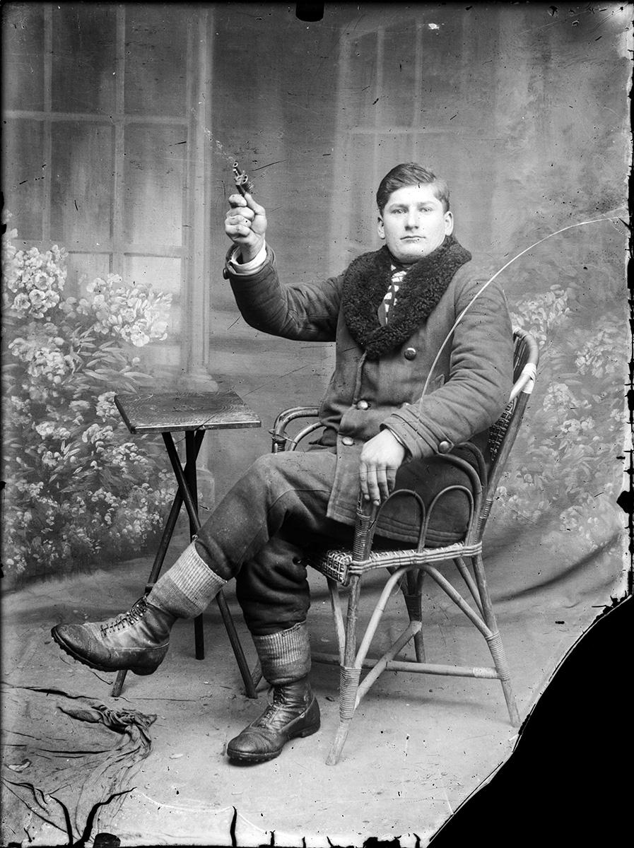 Bărbat cu pistol