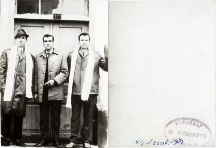 """Trei bărbați cu șal alb. Verso: 14 noiembrie 1971 Ștampilă roșie """"Fotograf C. Acsinte Slobozia"""" Din arhiva personală Georgeta Drăgănescu"""