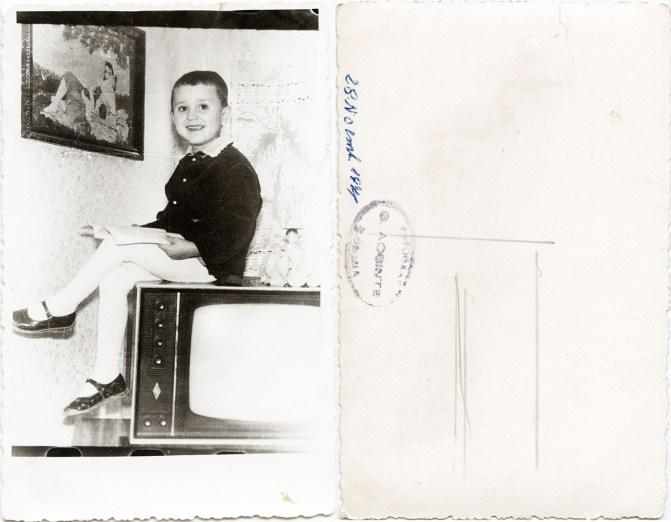 """Copil pe televizor. Verso: 28 noiembrie 1971 Ștampilă roșie """"Fotograf C. Acsinte Slobozia"""" Din arhiva personală Georgeta Drăgănescu"""