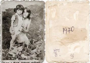 Două fete. 1970. Noni Costică Acsinte din casele noastre Arhiva personală Maura Aron, Grivița