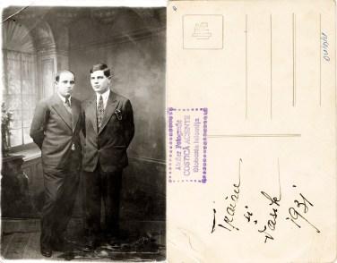 """Doi bărbați. Verso: Traian și Vasile, 1931. Ștampilă violet """"Atelier Fotografic Costică Acsinte Slobozia-Ialomița"""""""