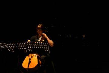 Angela Acuña de Chile, estrenando 'Voila!' para violoncello solo de Boris Alvarado