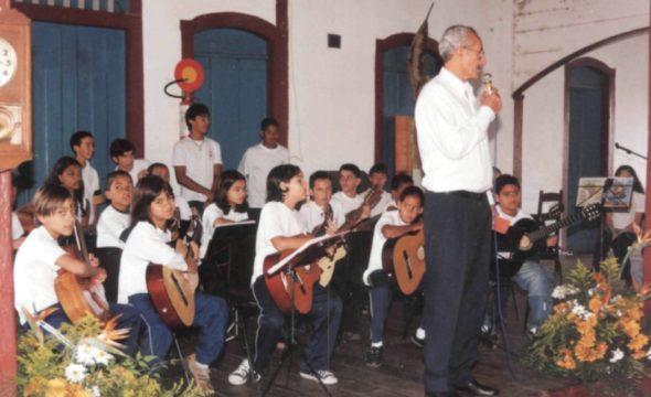 Foto-aniversário-70-anos-2004-–-Abertura-da-exposição-sobre-o-colégio–-Orquestra-de-violão-do-conservatório