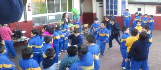 Concursos y muchos juegos y dulces para los niños en su día