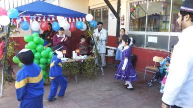 pareja de 1ero básico bailando cueca..Aranza y Lucas