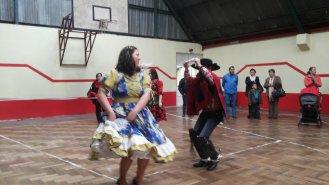 Apoderados bailando cueca