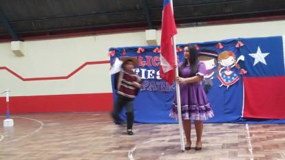 profesor de inglés le baila a la bandera..