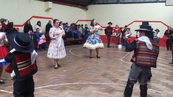 Cuecatón...apoderados y alumnos bailando