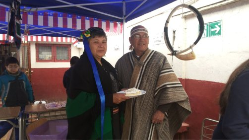 abuelitos vestidos de mapuches..