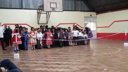 Los niños esperando ordenadamente su turno para bailar..