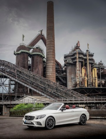 Mercedes-Benz C300 Cabriolet, designo diamantweiß bright, designo Leder Nappa bengalrot/schwarz.;Kraftstoffverbrauch kombiniert: 7,1-6,7 l/100 km; CO2-Emissionen kombiniert: 163-153 g/km* Mercedes-Benz C300 Cabriolet, designo diamond white bright, designo nappa leather bengal red/black.;Fuel consumption combined: 7.1-6.7l/100 km; Combined CO2 emissions: 163-153 g/km*