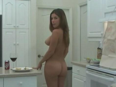 Amadora cozinhando pelada