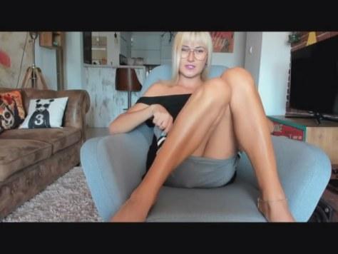 Loira na webcam de saia e sem calcinha