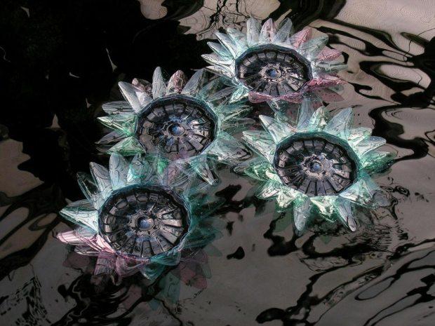 Escultura de Flores hecha por  Veronika Richterova con botellas de plastico 00
