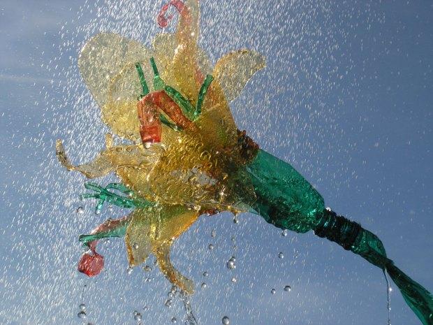Escultura de Flores hecha por  Veronika Richterova con botellas de plastico 01