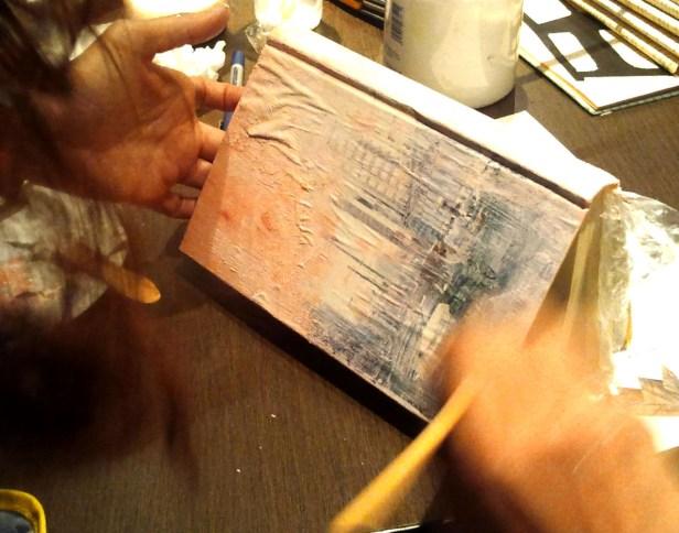 trabajando la cubierta con collage velado con gesso coloreado