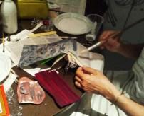 Rosario prepara su veladura para la portada junto a un precioso papel