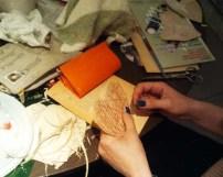 Pilar cosiendo el grupo de corazones resultado de un hueco en el libro