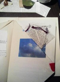 bolsillo aprovechando los pliegues de las páginas en el libro de Alicia