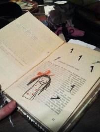 collage y sellos, para dar vida a la azafata del libro de María