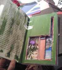huecos, collage, objetos y acrílicos combinados en el libro de Viviana