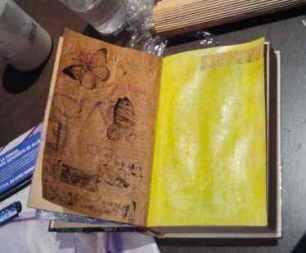 acrílicos, gesso, transferencias y sellos alterando el libro de Alejandra