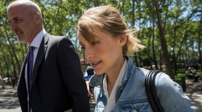 (C506) Allison Mack se declara culpable: eso no es sexy Allison!