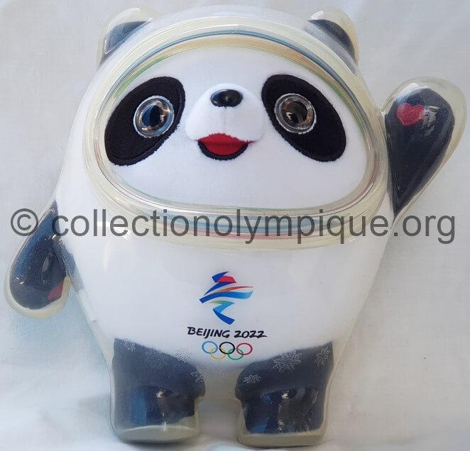Bing Dwen Dwen le panda peluche 20 cm mascotte olympique, habillé de glace dont le visage est entouré de cercles aux couleurs olympiques. Bing veut dire glace symbole de pureté et de force, tandis que Dwen Dwen signifie les enfants.