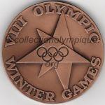 1960 Squaw Valley médaille olympique de participant recto, bronze - athlètes et officiels - 50 mm - fabrication par Herff Jones Co (Indianapolis, Indiana, USA)