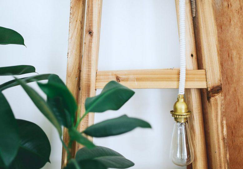 DIY | Haz una original lámpara con una bombilla y cuerda