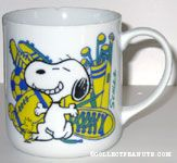Snoopy on knee in front Mug