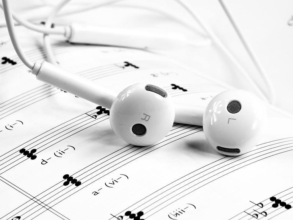संगीत संकल्पना संगीत मराठी माहिती संगीत शिक्षण सुर निरागस हो,,, संगीत गुनगूनू लागले तर नवजात बालकाचा जेव्हा जन्म होता तेव्हा जन्मताच त्याच्या तोंडातुंन कुई कुई आवाज बाहेर पडतो तेव्हा त्या काळजाचा ठाव घेणारा आवाज देखील एक सुखद आणि आनंदाचा ध्वनि निर्माण करतो म्हणजेच जन्मजात सुर आपल्या साथिला असतात. ते संगीत आपल्यासोबतच जन्म घेतं. संगीताविना एखादी व्यक्ति जगु शकन अशक्यच आहे. भारतीय संस्कृतीमध्ये संगीताला खुप मोठी प्राचीन परंपरा आहे. संगीत ही अतिप्राचीन कला आहे. गायन, वादन आणि नृत्य या तिन्ही कलांना मिळून संगीत असे म्हणतात. संगीत हे सर्वांनी ऐकले पाहिजे. कारण संगीत हे प्रत्येकासाठी वेगवेगळ्या प्रकारात उपलब्ध आहे. संगीत ऐकल्याने आपले मन अगदी प्रसन्न होते. संगीत म्हणजे काय? संगीत माणसाला मानसिक स्वास्थ प्रदान करण्याचे माध्यम आहे. 'सं' म्हणजे स्वर, 'गी' म्हणजे गीत आणि 'त' म्हणजे ताल होय. संगीत कला ही सर्व कलामध्ये श्रेष्ठ कला मानली जाते. यामध्ये विविध प्रकार पडतात. उदाहरणार्थ सुगम संगीत, नाट्यसंगीत, भावगीते, भक्तिगीते ,शास्त्रीय संगीत, संगीतातील राग, संगीतविषयक ग्रंथ इत्यादी... चला तर मग जाणून घेऊयात संगीतातील महत्वाच्या संकल्पना...... • स्वर नियमित कंपन संख्येने युक्त अशा आवाजास स्वर असे म्हणतात. • सप्तक 12 सुरांच्या समुदायाला सप्तक असे म्हणतात. • .नाद संगीत उपयोगी ध्वनीस नाद असे म्हणतात. • अरोह स्वरांची चढ़ती रचना म्हणजे अरोह. • अवरोह स्वरांची उतरती रचना म्हणजे अवरोह. • पक्कड़ रागवाचक स्वरसमुहास पक्कड़ असे म्हणतात. • वादी रागातील मुख्य स्वरास वादी असे म्हणतात. • संवादी वादी खालोखाल दुय्यम स्वरास संवादी असे म्हणतात. • अनुवादी वादी आणि संवादीच्या व्यतिरिक्त राहीलेल्या स्वरांना अनुवादी असे म्हणतात. • विवादी रागामध्ये रंजकता येण्यासाठी ज्या वर्ज्य स्वरांचा उपयोग केला जातो. त्याला विवादी असे म्हणतात. • सम तालाच्या पहिल्या मात्र्यास सम म्हणतात. • काल तालाचे 2 भाग केले असता दुसऱ्या भागाच्या पहिल्या मात्र्यास काल म्हणतात. • आलाप रागातील स्वर संथ गतिने गाने म्हणजे आलाप होय. • ताना रागामध्ये स्वरांचा अविष्कार जलद गतिने करणे म्हणजे ताना होय. • आवर्तन समेपासून समेपर्यंत गायल्या किंवा वाजविल्या जाणाऱ्या शब्दसमुहास आवर्तन म्हणतात. वरील सर्व संकल्पना या संगीत क्षेत्रात अत्यंत महत्वाच्य