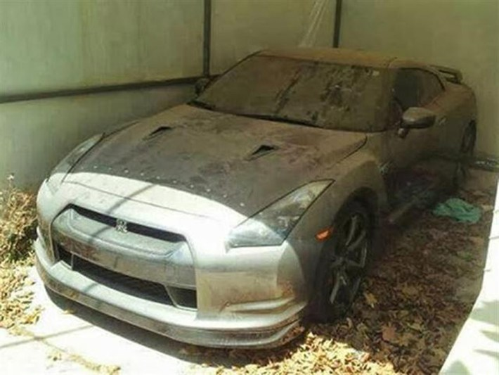 abandoned-supercars-Nissan-GTR-02