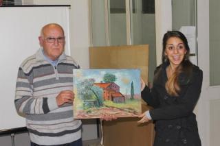 Mauro Nesti consegna la sua opera alla vincitrice Sara Pupi